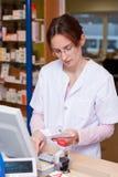 Químico Woman In Drugstore de la farmacia Foto de archivo libre de regalías