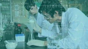 Químicos que estudian en un laboratorio almacen de metraje de vídeo
