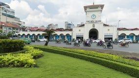 Quach Thi Trang-Park der zentrale Ben Thanh-Absatzmarkt, der den Verkehr sich bewegt zeigt stock video footage