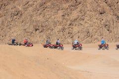 Quad il safari della motocicletta nel deserto del Sinai, lo Sharm el Sheikh, Egitto, un viaggio sui quadrocycles della montagna d fotografie stock libere da diritti