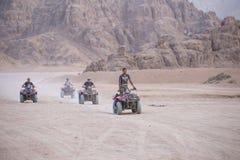Quad il safari delle bici nel deserto vicino alla città Sharm el-Sheikh, il Sinai del sud, Egitto immagine stock
