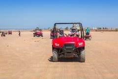 Quad il viaggio sul deserto africano vicino a Hurghada fotografia stock