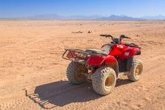 Quad il viaggio sul deserto africano vicino a Hurghada immagini stock