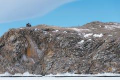 Quad la bici ATV nell'inverno su una roccia Fotografie Stock Libere da Diritti