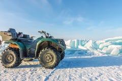 Quad la bici sul bikala del ghiaccio fra le collinette fotografia stock libera da diritti