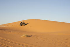 Quadbike in de woestijn Royalty-vrije Stock Afbeeldingen