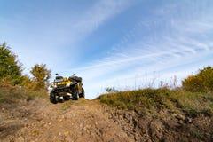 Quadbike en la colina Imagen de archivo libre de regalías
