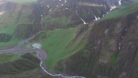 从quadcopter、山峡谷和湖, Kazbegi的空中录影记录 股票录像