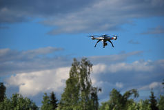 quadcopter在天空飞行 免版税图库摄影