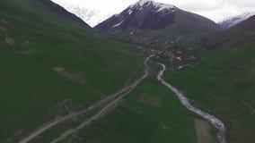从quadcopter的空中录影,山村Ushguli, Svaneti 股票录像