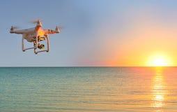 Quadcopter которое снимает видео 4k Стоковые Фотографии RF