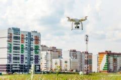 Quadcopter летает в небо Стоковая Фотография