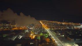 Quadcopter медленно управляет над городом ночи вполне уличных светов Автомобили управляют быстро сток-видео