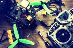 Quadcopter трутня с регулятором полета над деревянной предпосылкой Стоковая Фотография RF