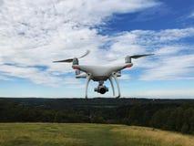 Quadcopter branco do zangão com câmera imagem de stock royalty free