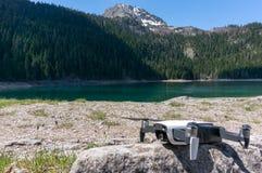 Quadcopter de bourdon sur le paysage naturel de fond montagnes corses de montagne de lac de laque du creno de France de la Corse  images stock