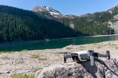 Quadcopter de bourdon sur le paysage naturel de fond montagnes corses de montagne de lac de laque du creno de France de la Corse  image stock