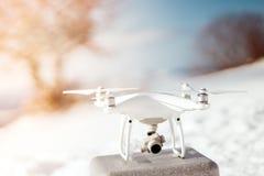 Quadcopter del abejón listo para volar Abejones que vuelan en concepto del invierno Uav de la afición listo para la conexión imágenes de archivo libres de regalías