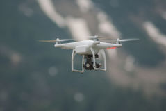 Quadcopter del fuco che sorvola area della campagna della montagna Fotografia Stock