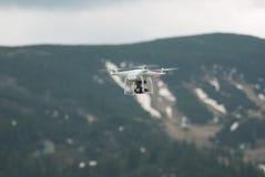 Quadcopter del fuco che sorvola area della campagna della montagna Fotografia Stock Libera da Diritti