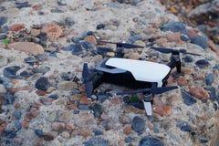 Quadcopter del fuco con la macchina fotografica digitale sulla pietra immagini stock