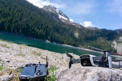 Quadcopter del fuco sul paesaggio naturale del fondo Mountain Lake Vista sul lago nero in parco nazionale Durmitor montenegro fotografia stock