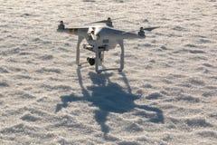 Quadcopter di DJI Phantow che sta sulla neve prima del decollo in Savonlinna, Finlandia Immagine Stock