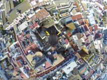 Quadcopter die over daken vliegen stock afbeelding
