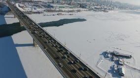Quadcopter die over een brug over de Ob-rivier vliegen stock video