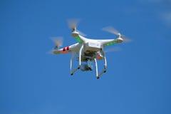 Quadcopter disperso nell'aria con la macchina fotografica Fotografia Stock Libera da Diritti