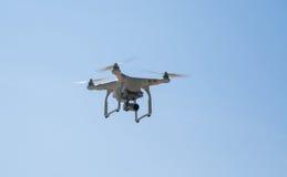Quadcopter i himlen Arkivfoto