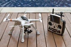 Quadcopter med gimbal- och radiosändaren Arkivbild