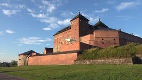 Quadcopter mot bakgrunden av den forntida fästningstaden av Hameenlinna finland stock video