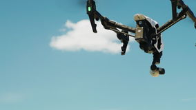Quadcopter o el abejón se eleva para arriba en el cielo azul almacen de metraje de vídeo
