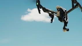 Quadcopter ou bourdon monte dans le ciel bleu banque de vidéos