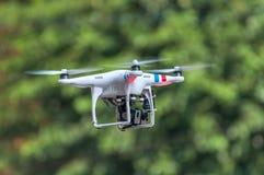 Quadcopter, quadrotor, трутень на зеленой предпосылке Стоковое Фото