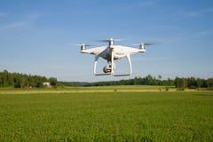 Quadcopter` Spoor 4 die Edvansed ` over het gebied dicht omhoog vliegen stock afbeeldingen