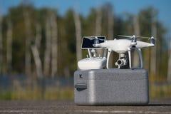 Quadcopter surr med kameran för video 4K och fotoför flygbild Arkivfoto