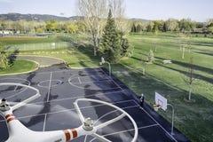 Quadcopter surr som flyger över basketdomstolen Royaltyfria Foton