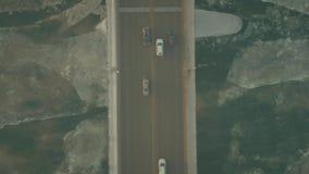 Quadcopter verwijdert zich van de brug met de machines De weg is in de mist stock video