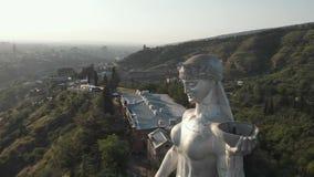Quadcopter voa ao redor de Kartlis Deda, mãe da estátua de Geórgia na capital de Geórgia, Tbilisi da parte inferior à vista super video estoque