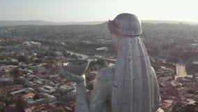 Quadcopter voa ao redor de Kartlis Deda, mãe da estátua de Geórgia na capital de Geórgia, Tbilisi da parte inferior à vista super filme