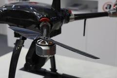 Quadcopter voor het bekijken van een hoogte De Quadcopterbladen sluiten omhoog stock afbeeldingen