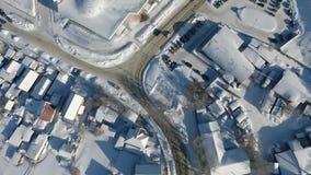 Quadcopter vuela sobre las casas del invierno Parque del agua en Novosibirsk almacen de video
