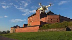 Quadcopter w locie przy antycznym fortecą miasto Hameenlinna Finlandia zbiory wideo