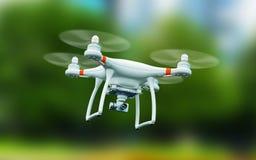 Quadcopterhommel met 4K videocamera die in de lucht vliegen Royalty-vrije Stock Afbeeldingen