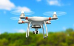Quadcopterhommel met 4K videocamera die in de lucht vliegen Stock Foto