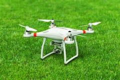 Quadcopterhommel met 4K videocamera op groen gras Royalty-vrije Stock Fotografie