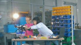 Quadcopters sta ottenendo ha controllato da due scolari archivi video