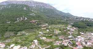 Quadcoptervlucht over de bergvallei stock footage